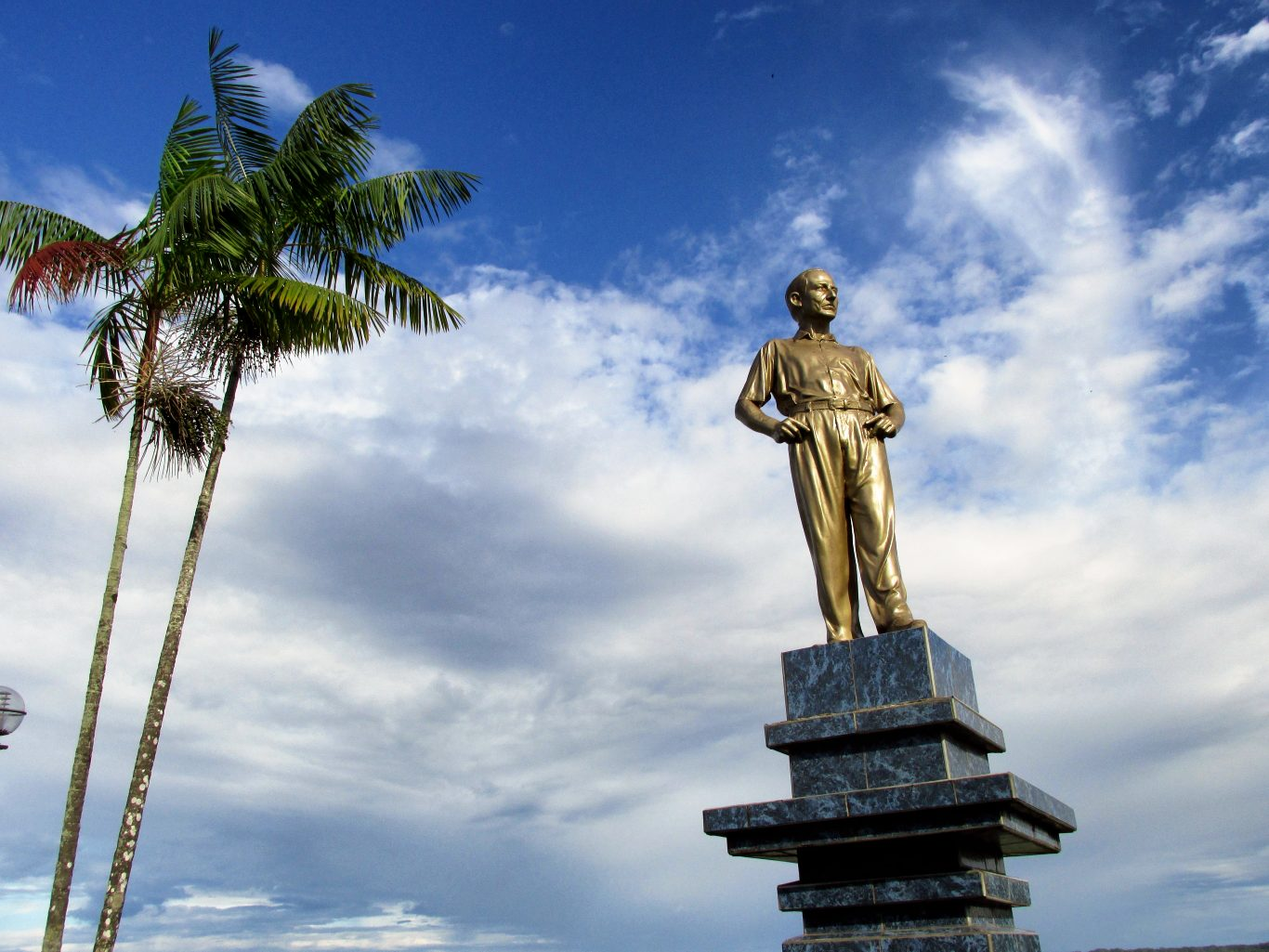Statue on Iquitos boulevard